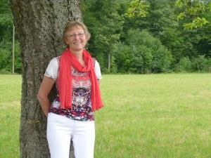 Sabine Herbst lehnt an einem Baum